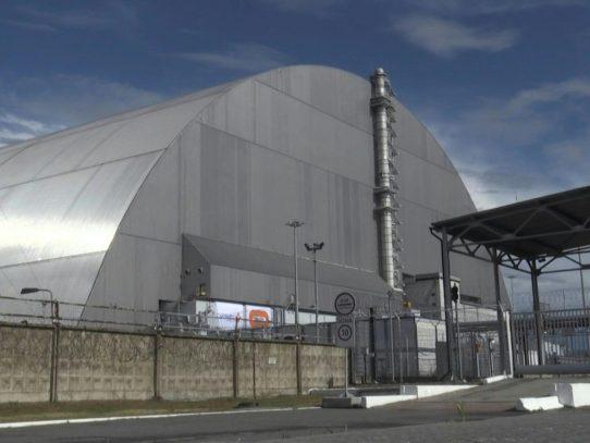 Ucrania inaugura una cúpula gigante que cubre el reactor accidentado de Chernóbil