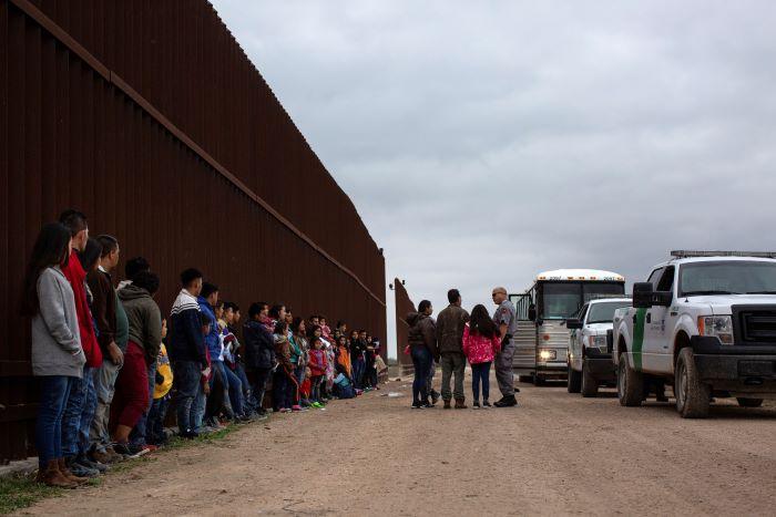 El coronavirus paraliza EE.UU., salvo las cortes para deportar migrantes presos