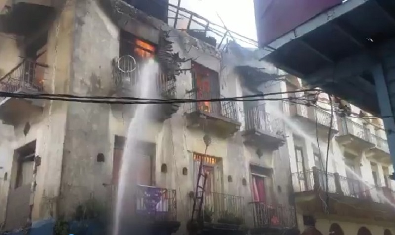 Incendio en Plaza Amador, Bomberos luchan con las llamas