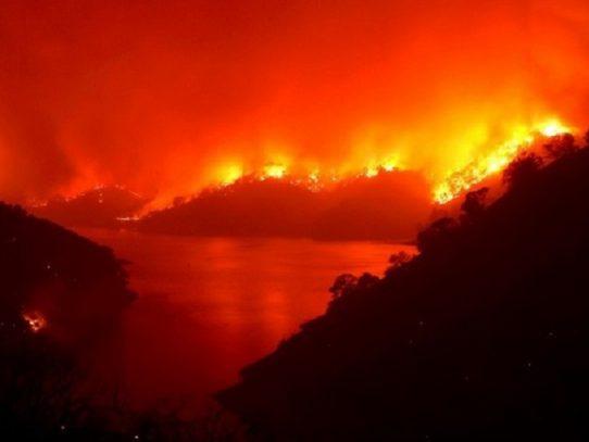 Más de 240.000 personas desplazadas por incendios en California; llegan refuerzos