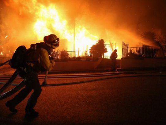 Bomberos continúan combatiendo incendios en el sur de California