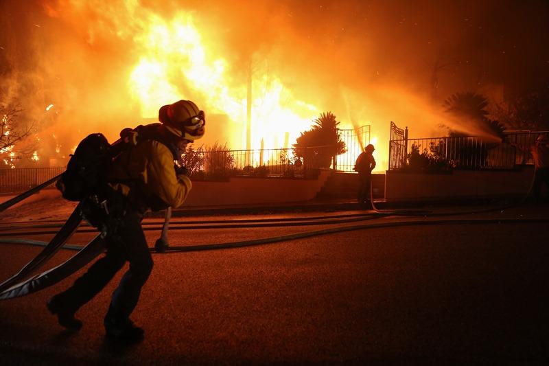 EE.UU: Bomberos optimistas en la lucha por salvar a las secuoyas del fuego