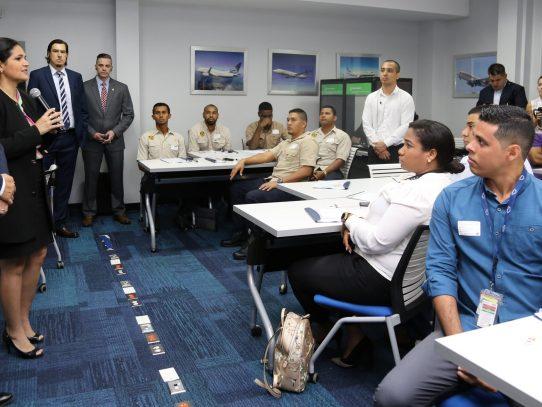 Aduaneros se instruyen sobre inspección en aeronaves
