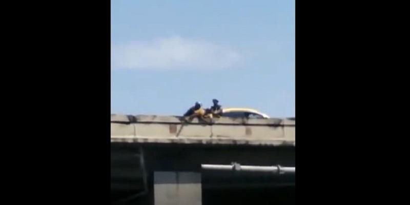 Policías evitan que una mujer se suicide en la Plaza 5 de Mayo