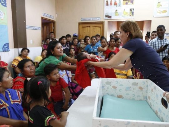 Primera Dama entrega cunas de cartón para recién nacidos y recibe críticas