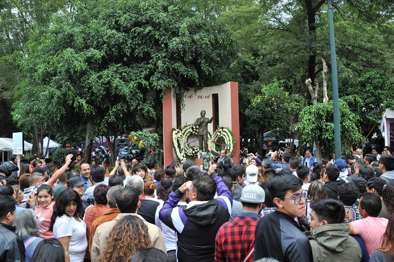 México llora y canta tras muerte de su ídolo musical José José