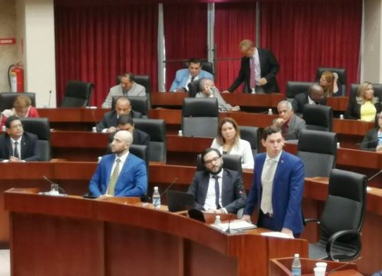 Juan Diego Vásquez presenta propuesta para reformar reglamento de la Asamblea