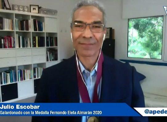 Apede estrena directiva condecorando a Julio Escobar
