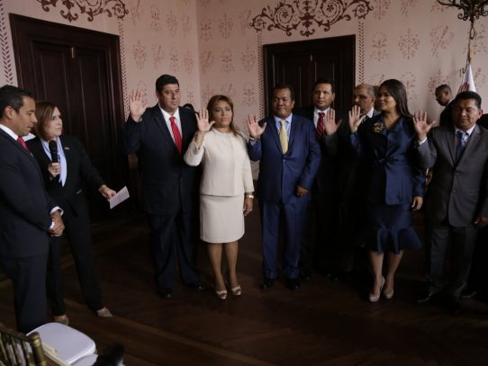 Ministro de Gobierno juramentó a 12 gobernadores