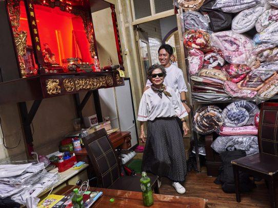 Él tiene 83, ella tiene 84 y modelan la ropa que la gente olvida en su lavandería