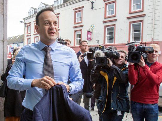 Primer ministro irlandés ofrece su ayuda como médico para frenar pandemia de coronavirus