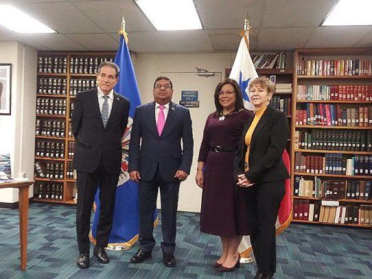 Panamá dona libros a la OEA