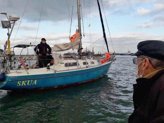 Ante la cancelación de vuelos, un hijo navega solo por el Atlántico para ver a su padre de 90 años