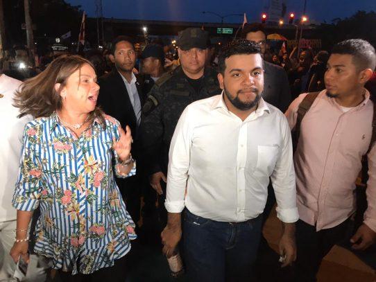 Manifestantes caminan hacia la Presidencia para diálogo con Cortizo