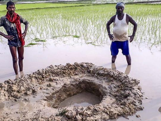 Agricultores indios, sorprendidos por la caída de un posible meteorito