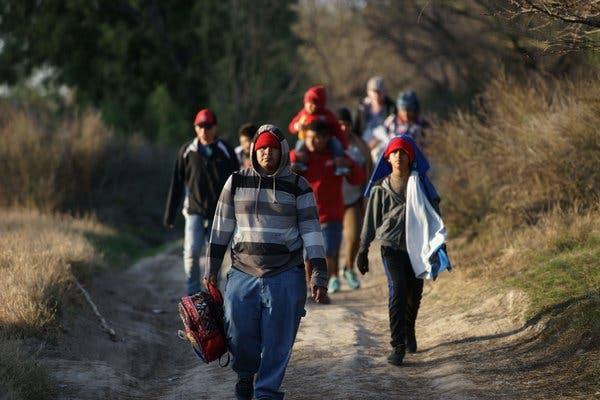 """""""Grandes flujos de migrantes en frontera"""" con México, dice funcionario de EE.UU"""