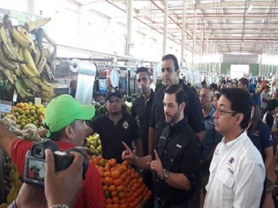 Mici y Acodeco realizan verificación de precios en Merca Panamá
