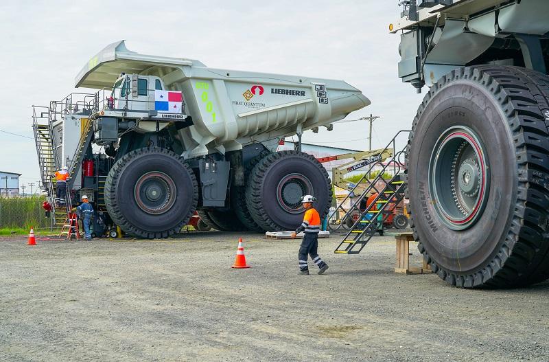 Panameños operan los camiones más grandes del mundo