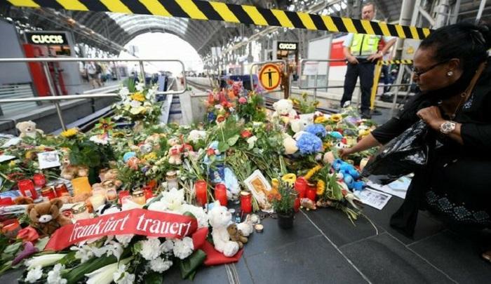Conmoción en Alemania por la muerte de un niño al que empujaron a las vías del tren