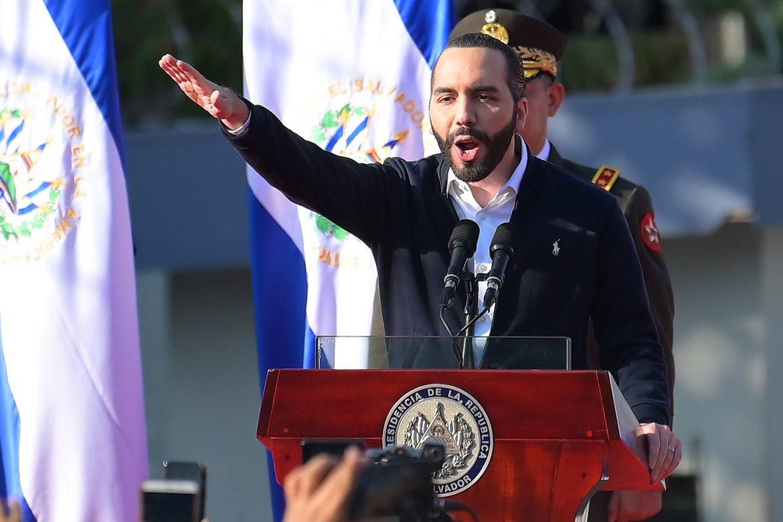 Pese a reclamo internacional, Bukele anticipa más destituciones en El Salvador