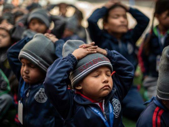 Nepal establece clases obligatorias de yoga en las escuelas