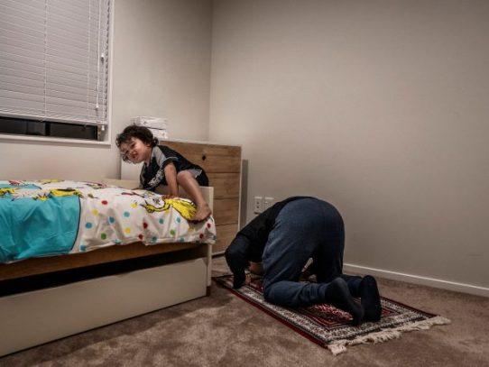 Recibió una bala para salvar a su hijo en Christchurch. ¿Alguna vez podrán sanar?