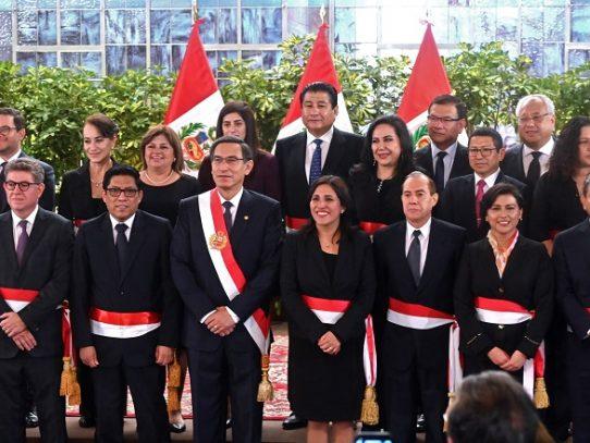 Presidente peruano juramenta nuevos ministros, entre ellos un fujimorista disidente