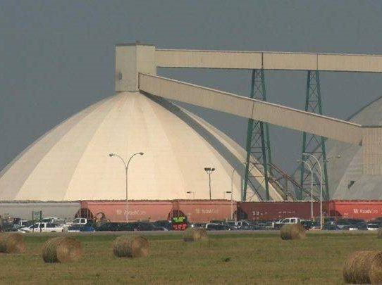Rescatan a 34 empleados de mina canadiense que quedaron atrapados bajo tierra