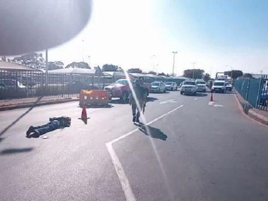 Dos muertos en tiroteo entre ladrones de mascarillas y policías en Sudáfrica