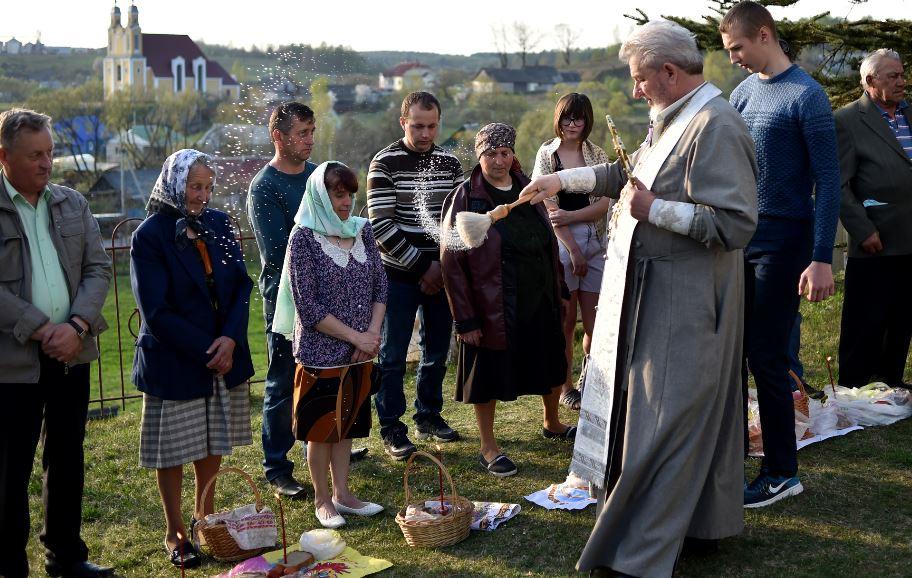 """Los cristianos ortodoxos celebran """"fuego sagrado"""" de Pascua"""