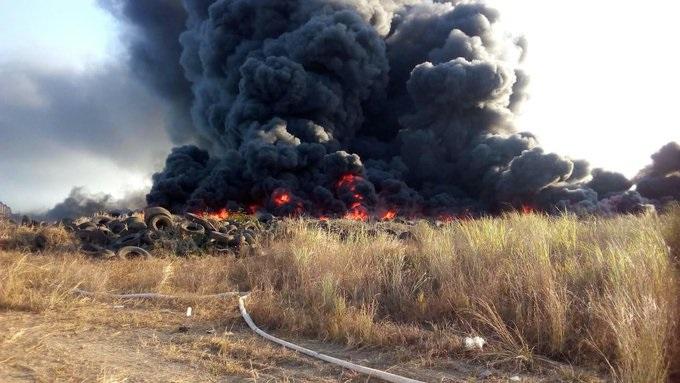 Nube de humo negro cubre Pacora tras incendio de llantas en lote valdío