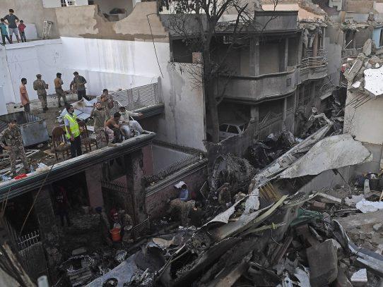 Al menos 40 muertos en accidente de avión en Pakistán