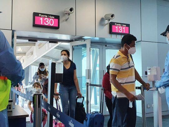 Unos 97 panameños retornan al país en vuelo humanitario
