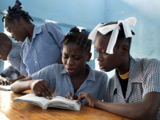 El virus agranda la brecha educativa en Haití pero algunos dan pelea