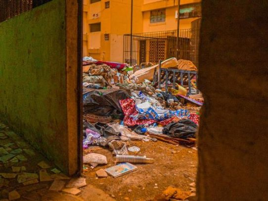 ¡Increíbles! Planta baja de un edificio convertido en vertedero en Patio Pinel