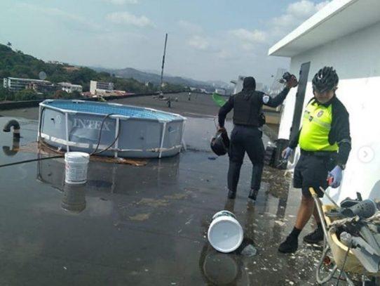 Policías le caen a fiesta con piscina en la azotea de una multi