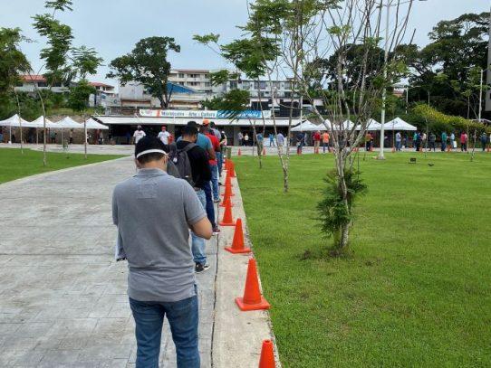 Decenas de personas realizan largas filas para retirar sus placas