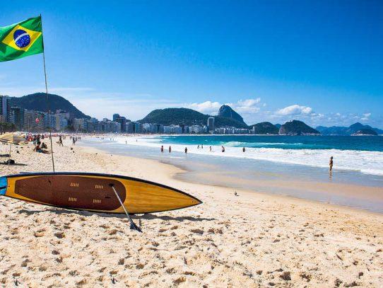 Miles de bañistas en las playas de Rio de Janeiro pese a restricciones por covid