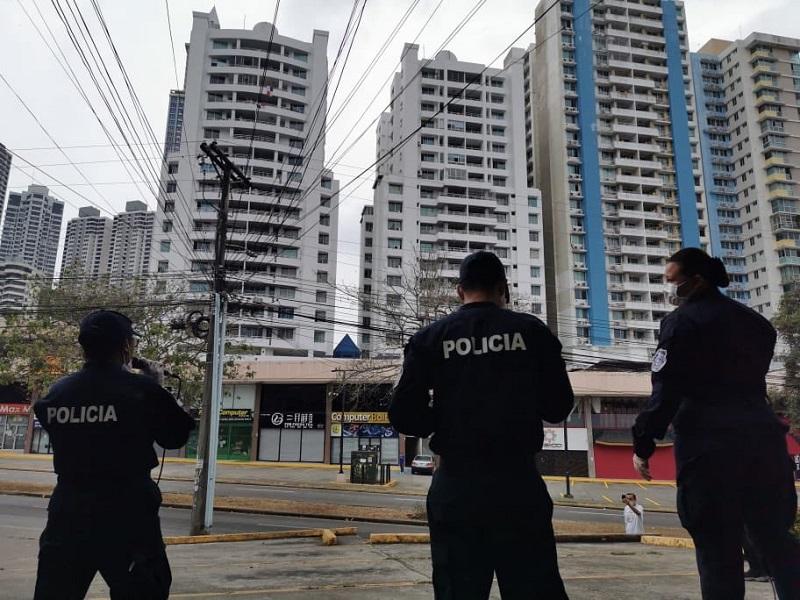 Policía panameña ofrece concierto desde la calle, confinados bailan en los balcones