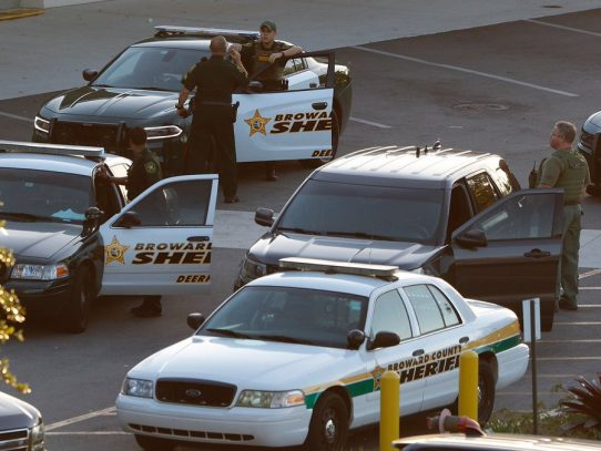 """Arrestan por negligencia a policía """"cobarde"""" apostado en masacre de escuela de Parkland"""