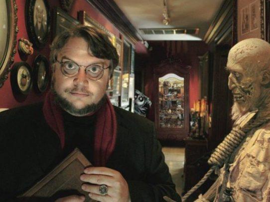 El cineasta mexicano Del Toro exhibe a los monstruos de sus películas