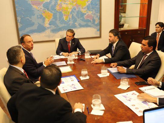 Presidente Cortizo recibe estudio sobre los beneficios de la aviación en Panamá