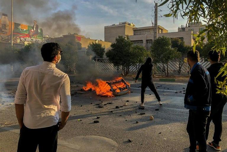 Muere un policía durante las protestas en el noroeste de Irán