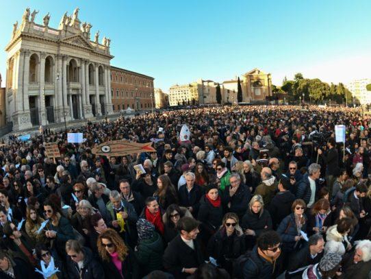 "Enorme banco de ""sardinas"" antifascistas se manifiesta en Roma"