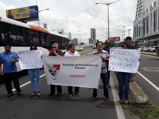Periodistas reclaman el pago de sus salarios