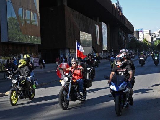 En familia, en motocicleta y a pie, los chilenos protestan pacíficamente