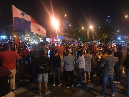 Presidente de la Asamblea atiende a manifestantes, pero no cesan las protestas