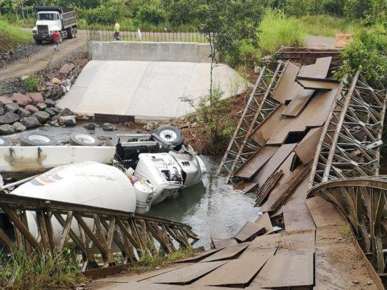 Intentó pasar con un camión por un puente viejo y terminó en el río