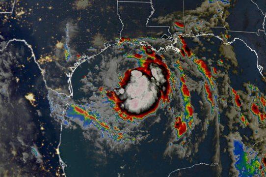 Hanna se degrada a tormenta tropical al pasar por un Texas doblegado por la pandemia