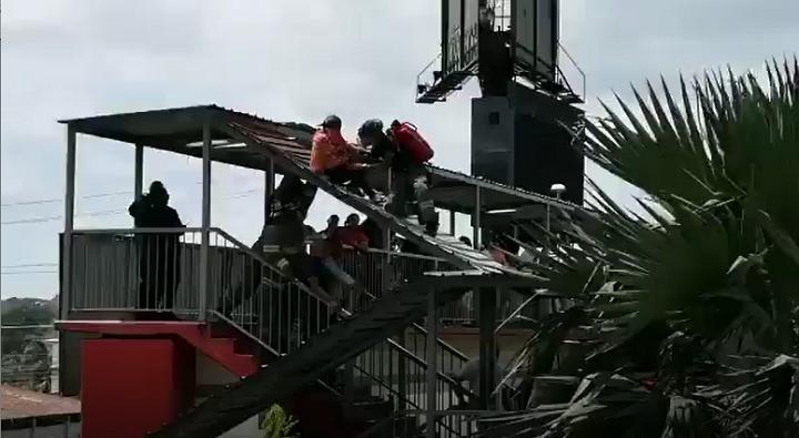 Rescatan a una persona que intentó tirarse de un puente en la vía Tumba Muerto
